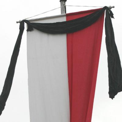 Fahne mit Trauerflor